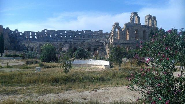 Руины древнего колизея в Тунисе