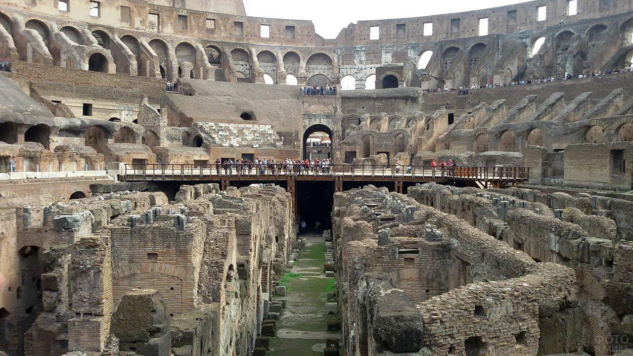 Руины во внутреннем дворе римского Колизея