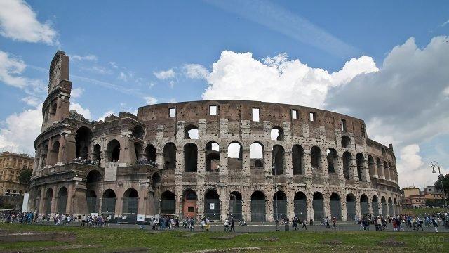 Толпы туристов у римского Колизея в облачный день
