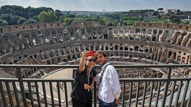 Туристы делают селфи на верхнем уровне Колизея в Риме