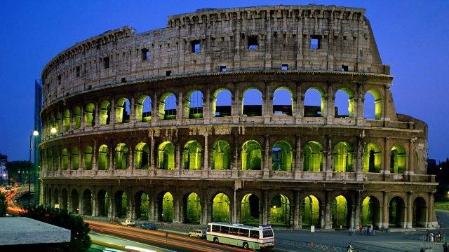 Вечерний траффик у подножья Колизея в Риме