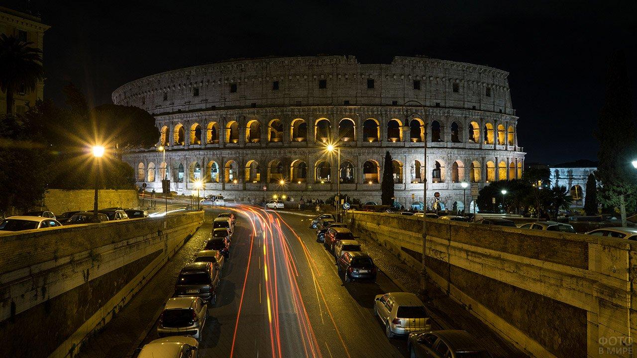 Вечерняя пробка у стен Колизея в Риме