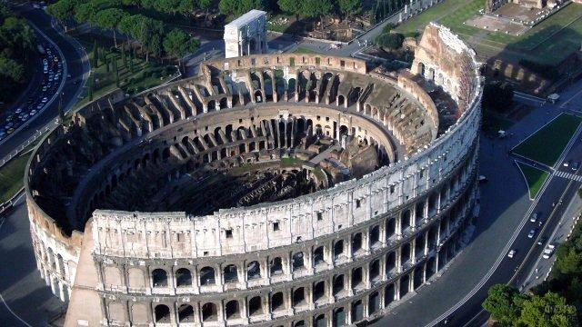 Вид с высоты птичьего полёта на руины Колизея в Риме