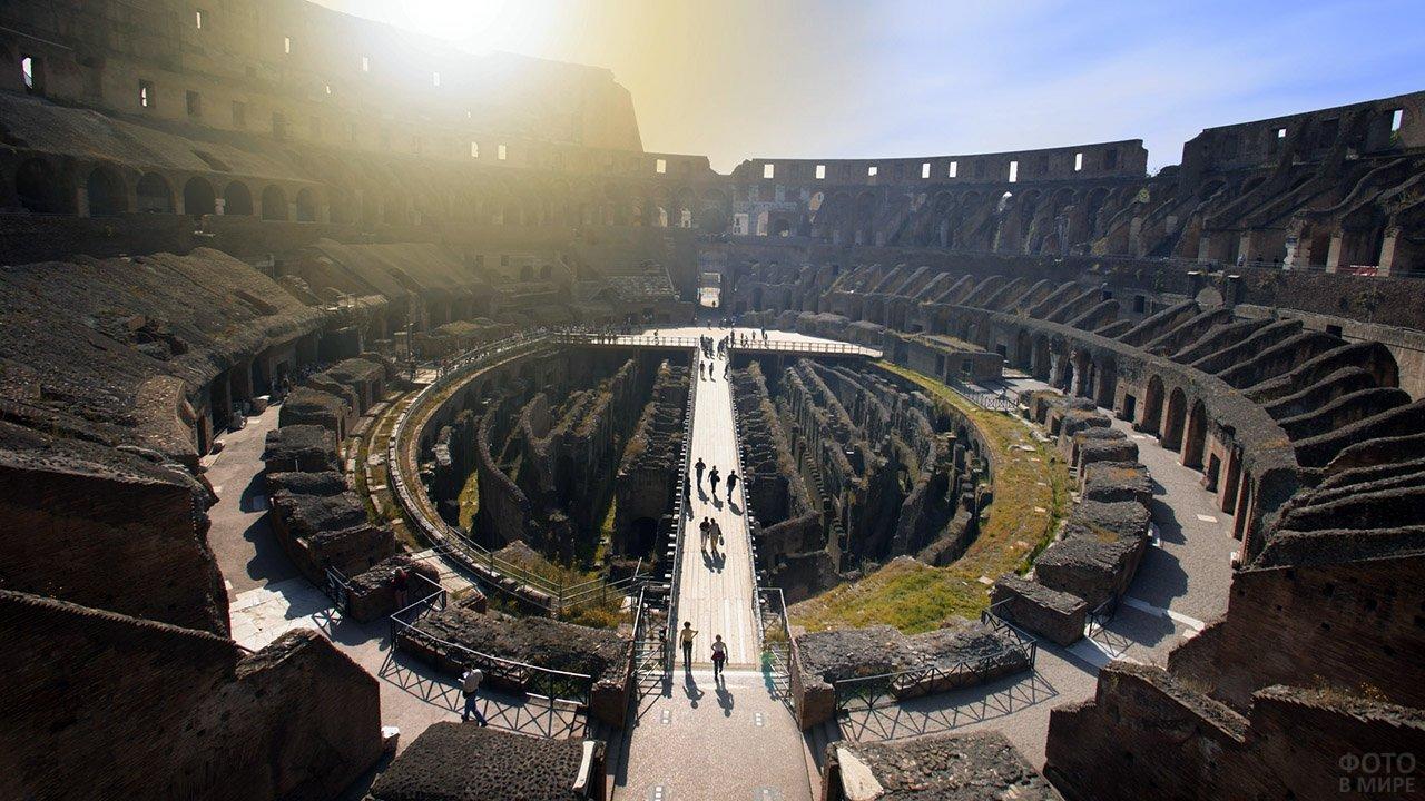 Вид сверху на смотровую площадку в римском Колизее в лучах солнца