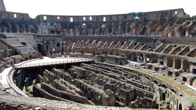 Вид сверху на внутренний двор римского Колизея