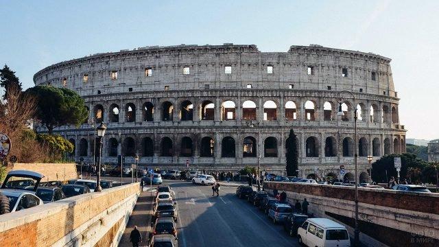 Запаркованные обочины дорог у подножья Колизея в Риме