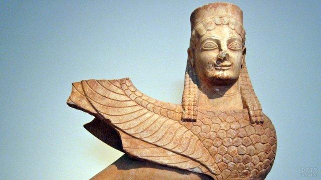 Древняя скульптура сфинкса из Аттики