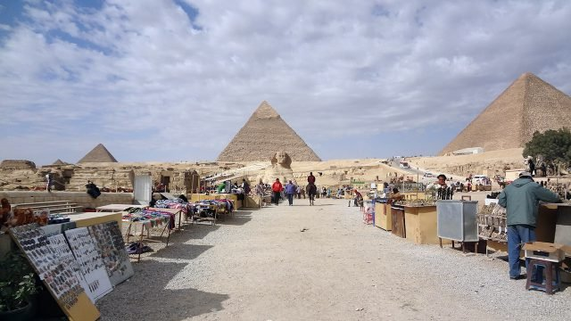 Рынок у подножья статуи Сфинкса и пирамид в Гизе