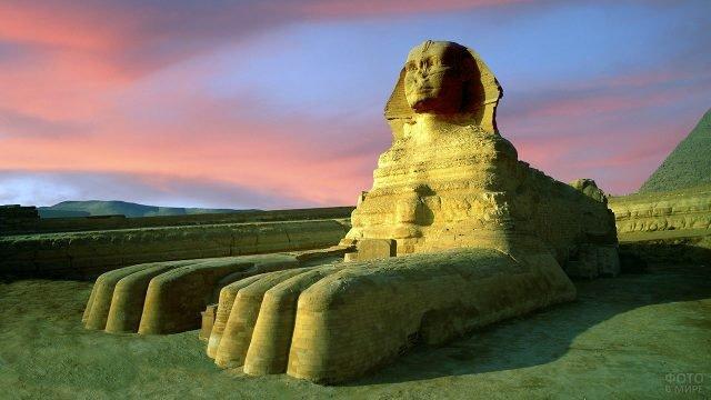 Сфинкс в египетской Гизе на фоне пурпурного заката