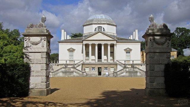 Сфинксы на воротах английского замка Чизвик-хаус