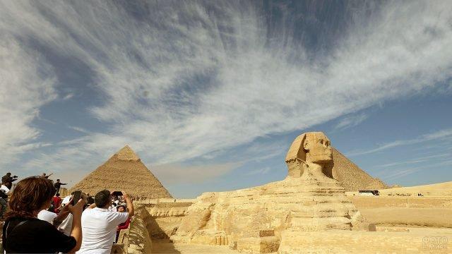 Туристы фотографируют статую Сфинкса в Гизе