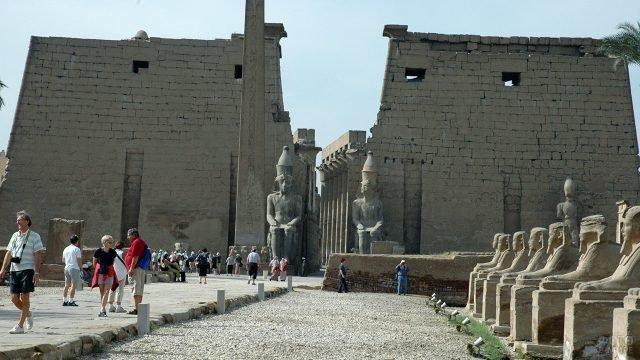 Туристы в Луксоре на аллее сфинксов