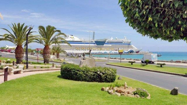 Круизный лайнер в порту острова Фуэртевентура