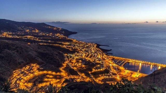 Ночные огни Санта-Крус-де-ла-Пальма с высоты птичьего полёта