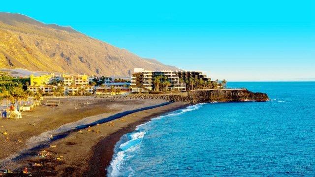 Пляж и отель на острове Ла-Пальма