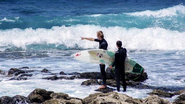 Сёрферы на берегу острова Лансароте