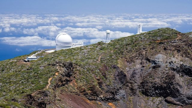 Телескопы на вершине Ла-Пальмы над облаками