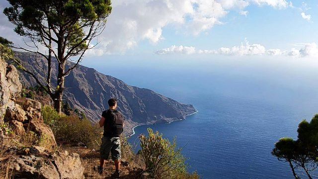Турист на вершине горы на острове Иерро