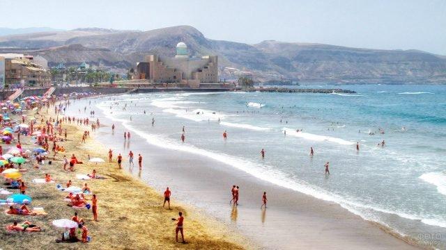Туристы на одном из Канарских пляжей