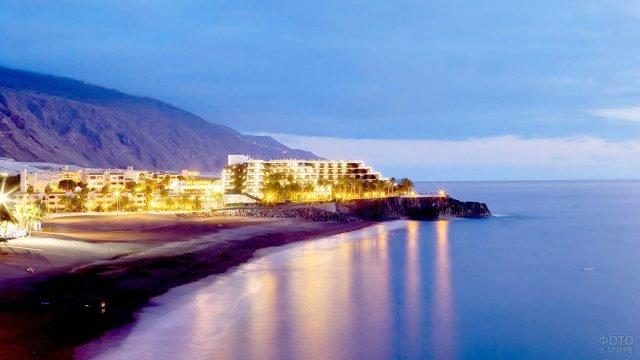 Вечерние огни прибрежного отеля на острове Ла-Пальма