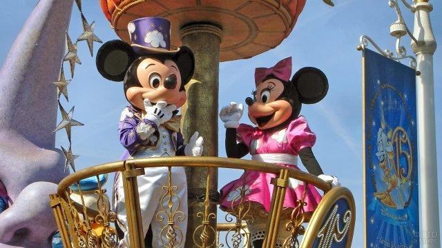 Микки и Минни в праздничных нарядах на параде в Диснейленде