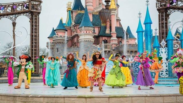 Микки и Принцессы танцуют на сцене в Диснейленде