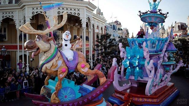 Персонажи Холодного сердца на параде в Диснейленде