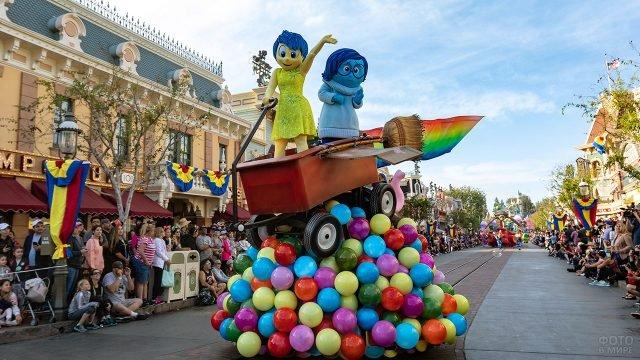 Платформа по мотивам мультфильма Головоломка на параде в Диснейленде
