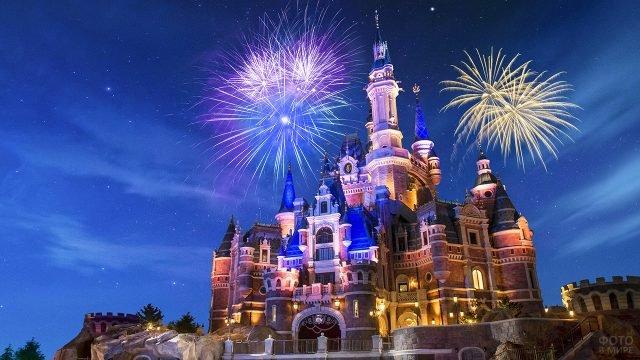 Знаменитый вид на замок под фейерверком в Шанхайском Диснейленде