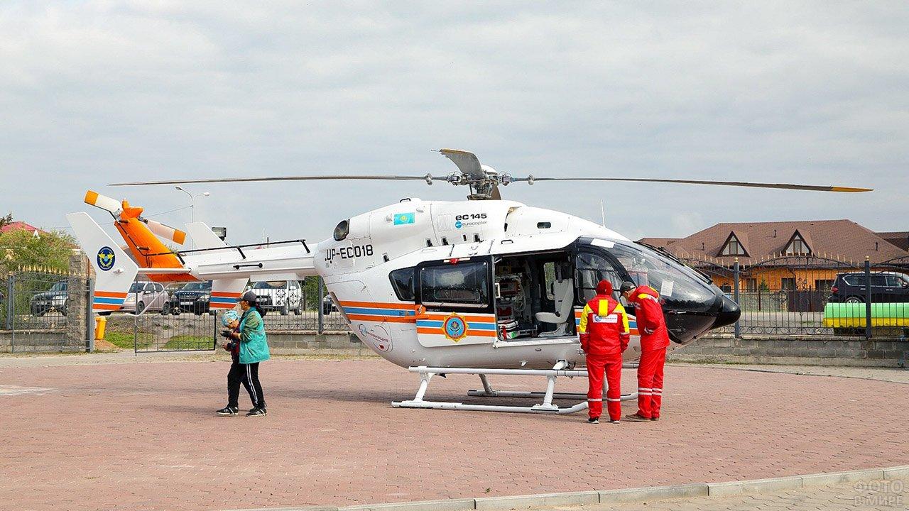 Фельдшеры скорой помощи у вертолёта экстренных служб во время международных соревнований медиков