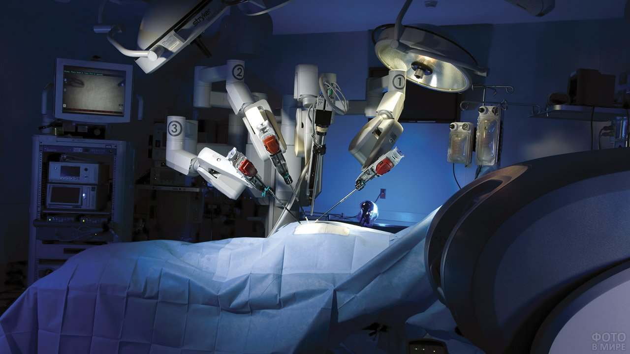 Футуристичный робот-хирург в операционной