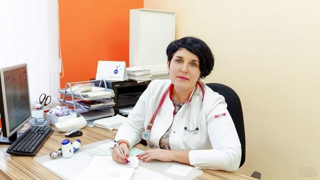 Главный врач современной больницы на рабочем месте