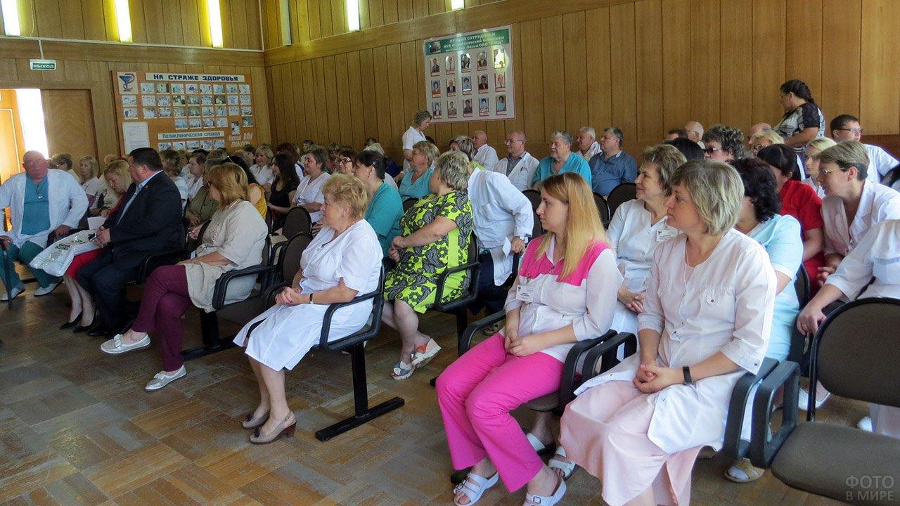 Медики небольшого городка в Воронежской области на концерте в свой профессиональный праздник