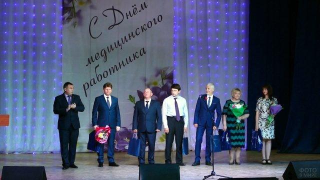 Награждение заслуженных медработников в профессиональный праздник на сцене воронежского ДК