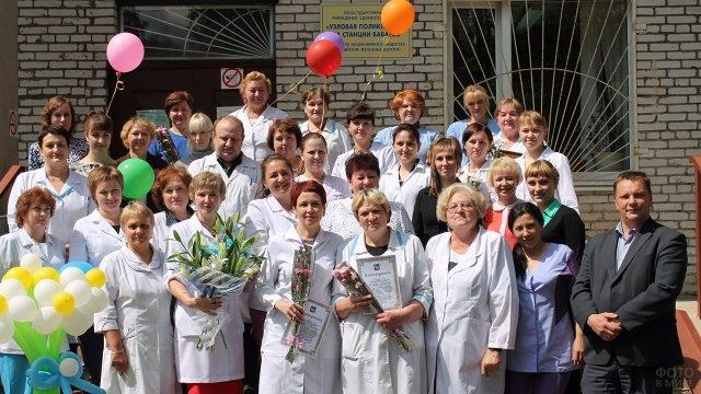 Персонал перед зданием ЛПУ в День медицинского работника