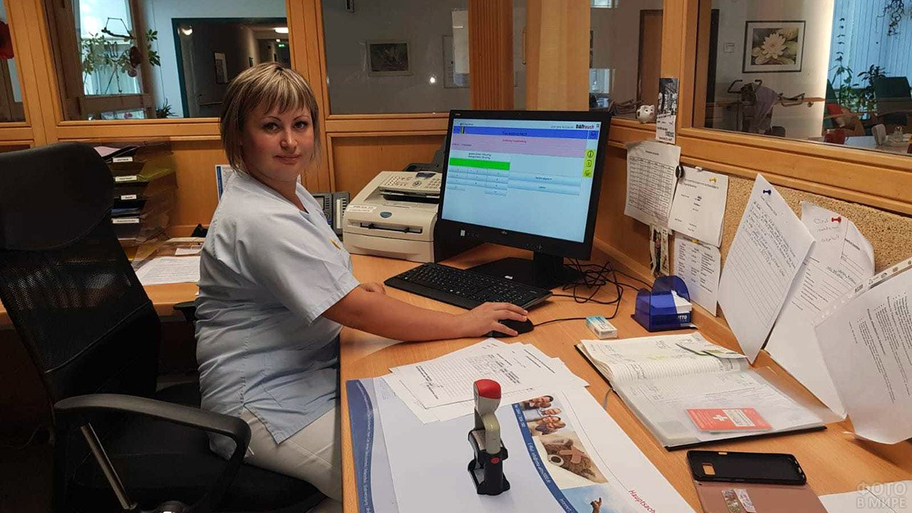 Постовая медсестра на современно-оборудованном рабочем месте