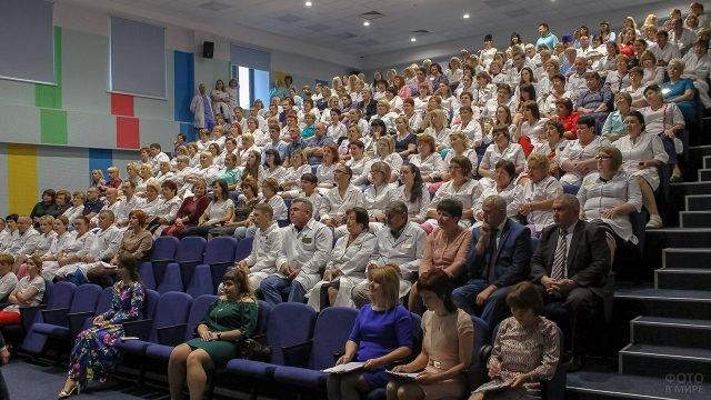 Работники Брянской городской больницы в зрительном зале на концерте в свой профессиональный праздник