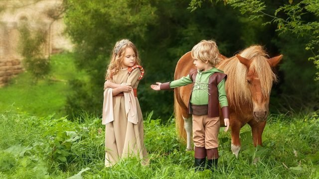 Дети в средневековых нарядах и пони
