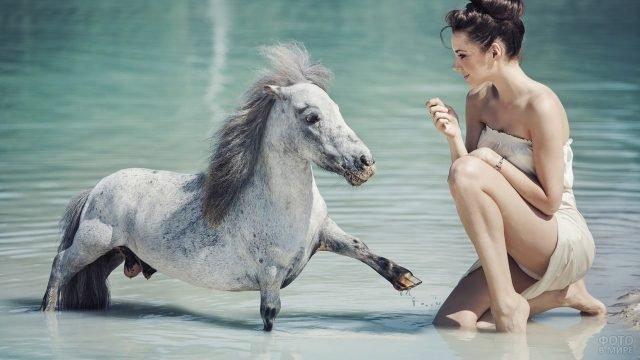 Девушка с белым пони в воде