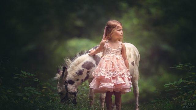 Пятнистый пони с девочкой