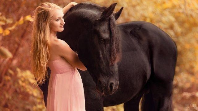 Блондинка с вороным конём осенью