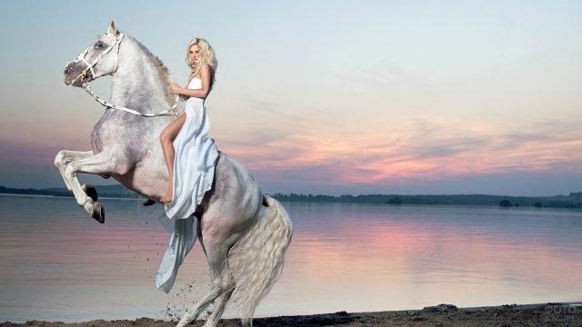 Блондинка в длинном платье верхом на лошади поднявшейся на дыбы