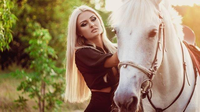 Девушка блондинка с белой лошадью на природе