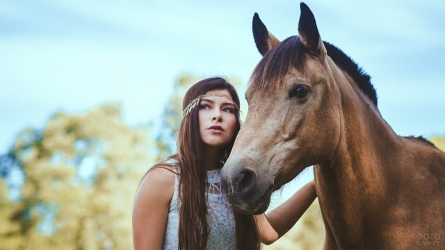 Девушка с лошадью на фоне неба