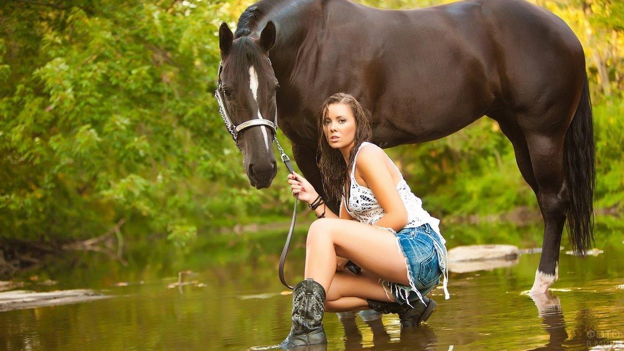 Девушка с лошадью на реке