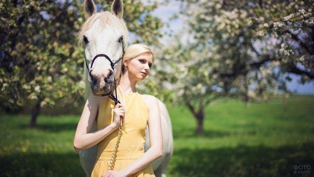 Девушка с лошадью в цветущем саду