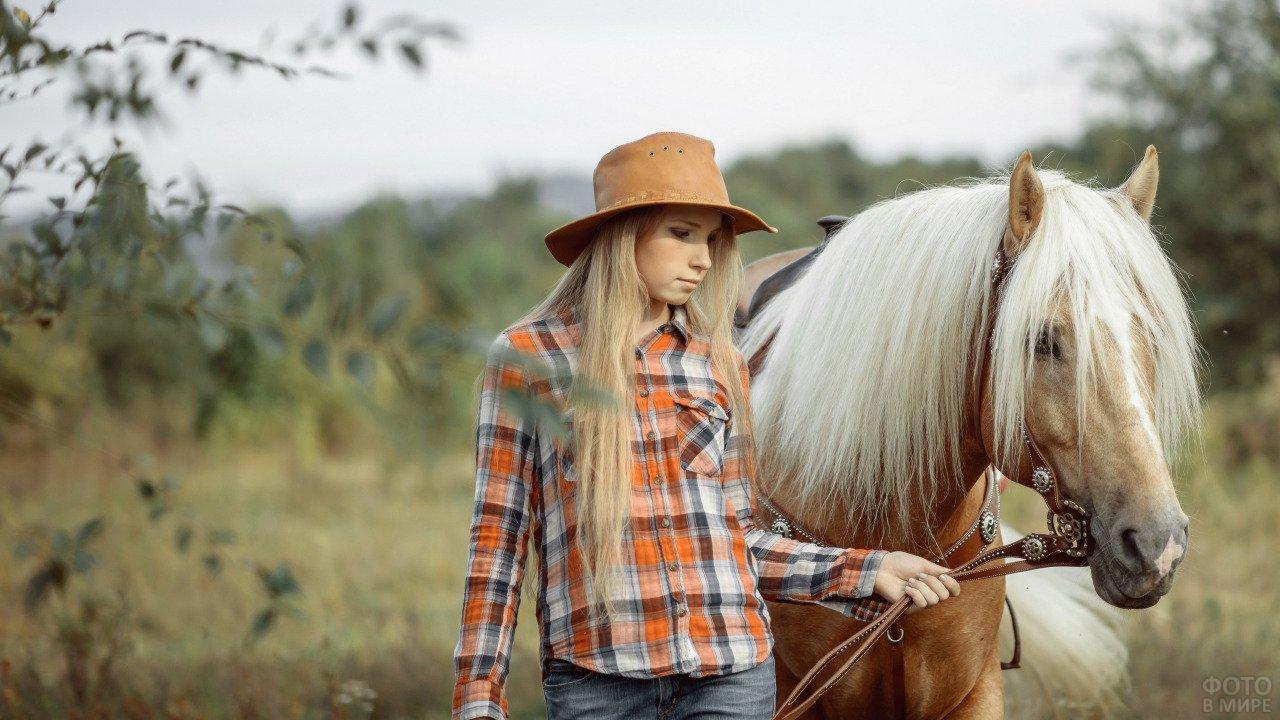 Девушка в шляпе и лошадь с богатой длинной гривой