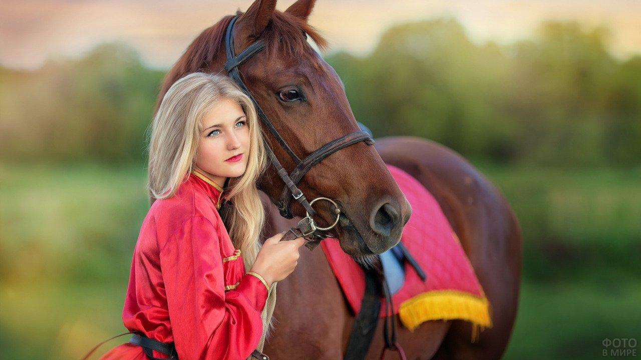 Голубоглазая блондинка с лошадью гнедой масти