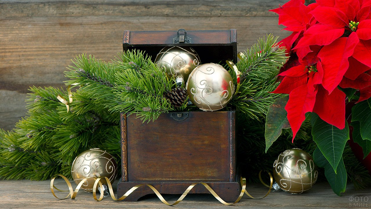 Деревянный сундучок с золотыми шариками и еловыми ветками