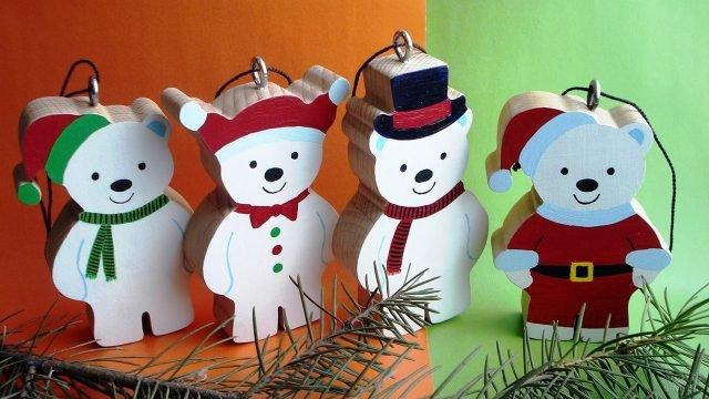 Ёлочные игрушки из дерева в виде белых медвежат